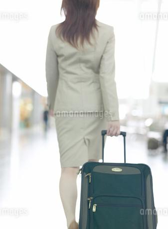 日本人のビジネス女性とスーツケースの写真素材 [FYI01860632]