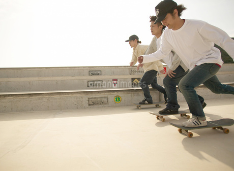 スケートボードで滑る日本人男性の写真素材 [FYI01860644]