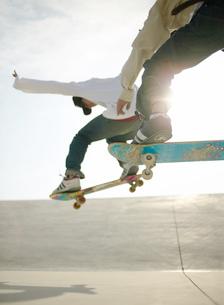 スケートボードでジャンプする日本人男性の写真素材 [FYI01860754]