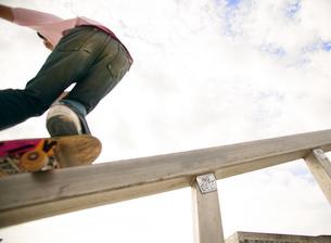 スケートボードに乗る日本人男性の写真素材 [FYI01860788]