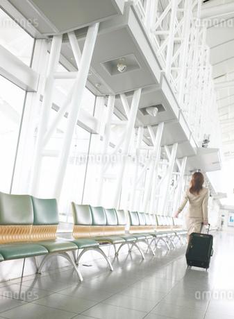 日本人のビジネス女性とスーツケースの写真素材 [FYI01860921]