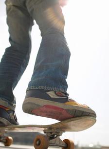 スケートボードに乗る日本人男性の足の写真素材 [FYI01860955]