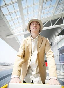旅行に行く日本人男性の写真素材 [FYI01861222]