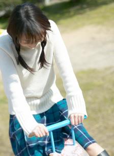 シーソーで遊ぶ日本人女性の写真素材 [FYI01861276]
