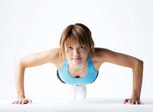 腕立て伏せをする日本人女性の写真素材 [FYI01861650]
