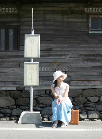バス停に座る女性の写真素材 [FYI01861703]