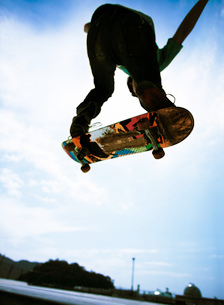 スケートボードをする男性のシルエットの写真素材 [FYI01861837]