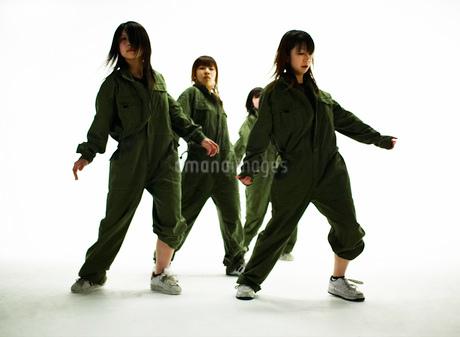 ダンスをする日本人女性の写真素材 [FYI01861862]