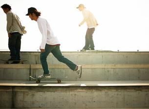 スケートボードで滑る日本人男性の写真素材 [FYI01862071]