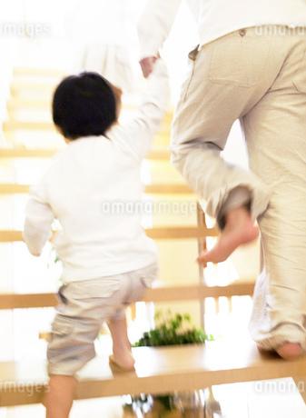 階段を上る日本人の親子の写真素材 [FYI01863477]