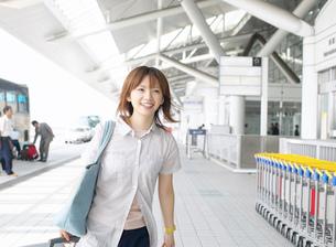 空港を歩く女性の写真素材 [FYI01863574]