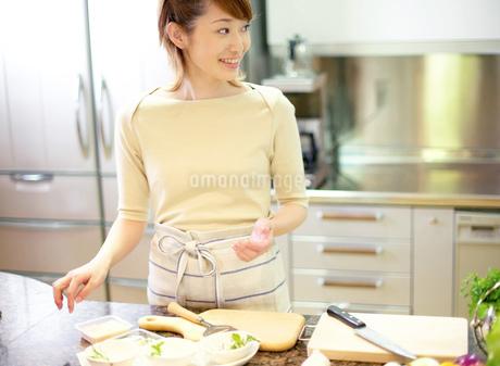料理をする女性の写真素材 [FYI01863669]