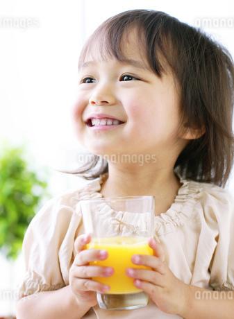 ジュースを持つ女の子の写真素材 [FYI01864013]