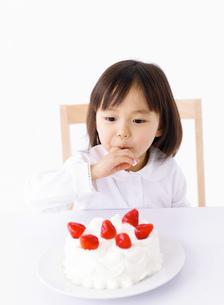 ケーキを食べる女の子の写真素材 [FYI01864197]