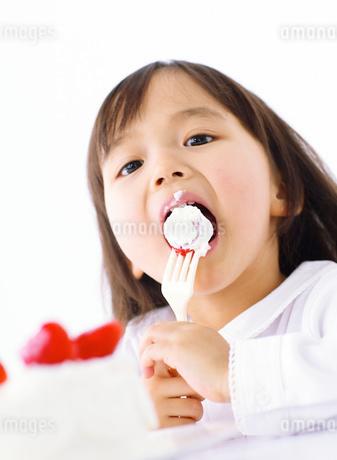 ケーキを食べる女の子の写真素材 [FYI01864225]