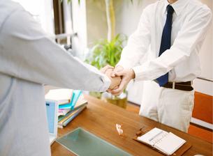 握手をする男性の写真素材 [FYI01864318]