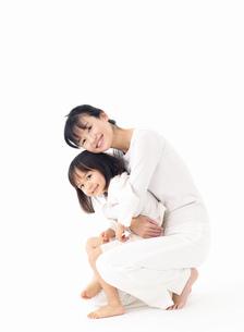 抱きつく女の子の写真素材 [FYI01864520]