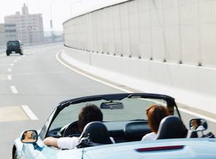 ドライブをするカップルの写真素材 [FYI01864654]