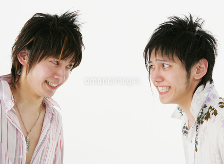 にらみ合う二人の男性の写真素材 [FYI01864762]