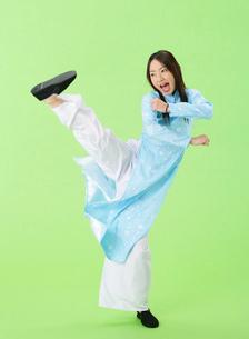 足を上げる女性の写真素材 [FYI01865313]