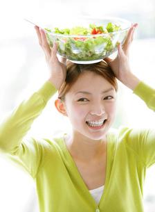 サラダを持つ日本人女性の写真素材 [FYI01865337]