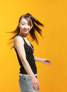 髪がなびく女性の写真素材 [FYI01865367]
