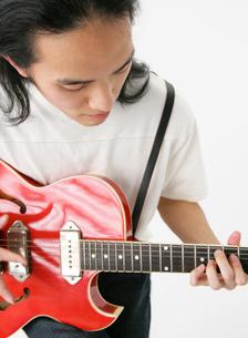 ギターを弾く男性の写真素材 [FYI01865565]