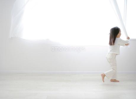 カーテンと女の子の写真素材 [FYI01865680]