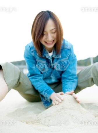 砂を集める女性の写真素材 [FYI01866092]