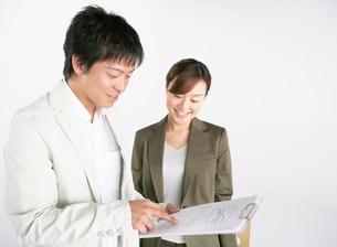 資料を見るビジネスマンとビジネスウーマンの写真素材 [FYI01866100]