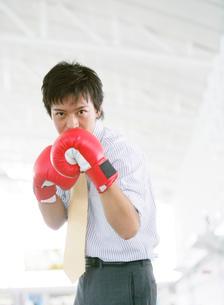 ボクシングをするビジネスマンの写真素材 [FYI01866145]