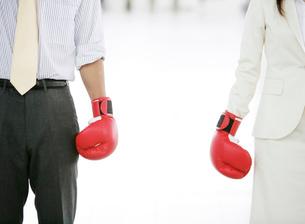 ボクシンググローブを身につけたビジネスマンとビジネスウーマンの写真素材 [FYI01866207]