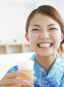 ビールを持つ和服の女性の写真素材 [FYI01866213]