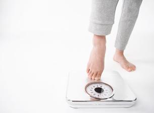 体重計に乗る女性の写真素材 [FYI01866226]