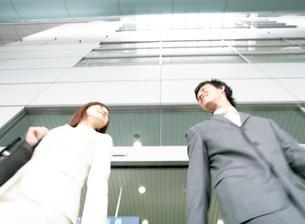 微笑むビジネスマンとビジネスウーマンの写真素材 [FYI01866262]