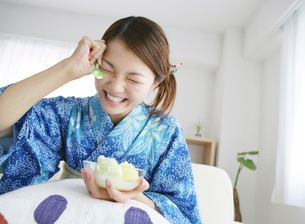 アイスを食べる和服の女性の写真素材 [FYI01866302]