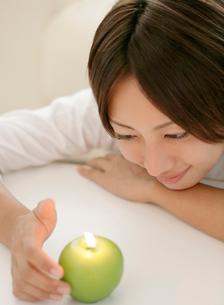 アロマキャンドルと日本人女性の写真素材 [FYI01866398]