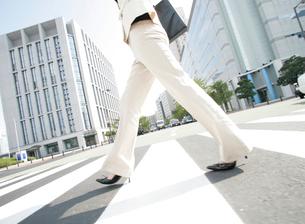 歩く女性の足元の写真素材 [FYI01866417]