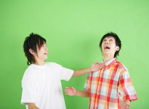 ふざけている2人の日本人男性の写真素材 [FYI01866446]