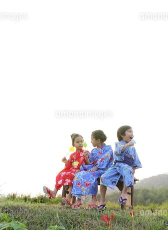 浴衣姿の子供達の写真素材 [FYI01866476]