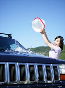 車を洗う女性の写真素材 [FYI01866508]