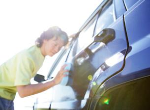 車の拭く男性の写真素材 [FYI01866566]