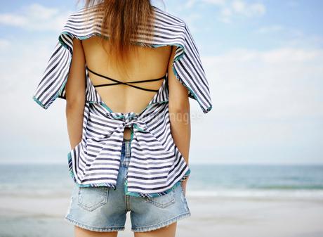海辺の後ろ姿の女性の写真素材 [FYI01866601]