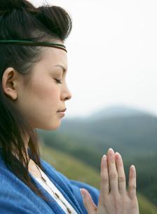 祈りを捧げる女性の写真素材 [FYI01866684]