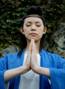 祈りを捧げる女性の写真素材 [FYI01866727]