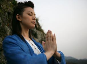 祈りを捧げる女性の写真素材 [FYI01866738]