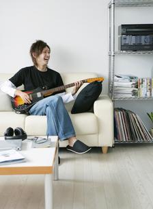 ギターを弾く日本人男性の写真素材 [FYI01866745]