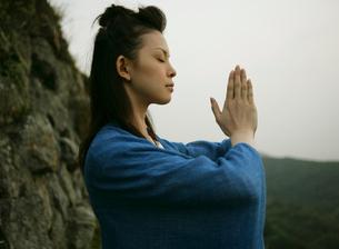 祈りを捧げる女性の写真素材 [FYI01866809]