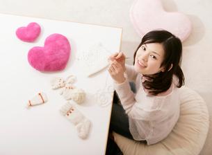 編み物をする女性の写真素材 [FYI01867025]