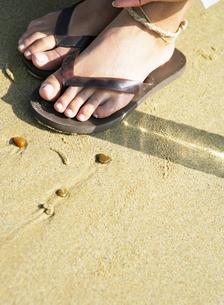 ビーチサンダルを履いた足の写真素材 [FYI01867064]